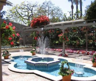 beautiful-pool-and-fountain